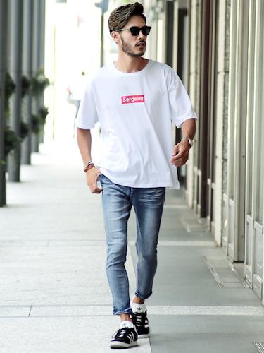 白ロゴTシャツ×アンクルパンツ