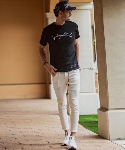 黒ロゴTシャツ×アンクルデニム