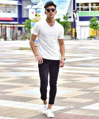 白VネックTシャツ×アンクルデニム