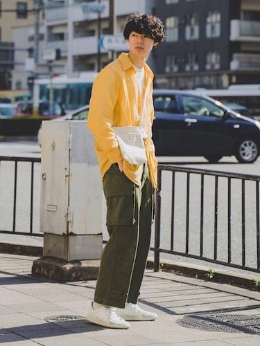 黄色シャツ×カーゴパンツ