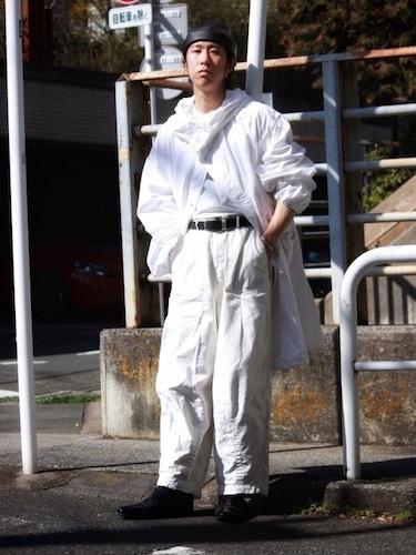 白フーデッドコート×カーゴパンツ