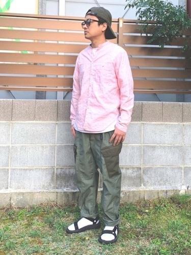 ピンクシャツ×カーゴパンツ