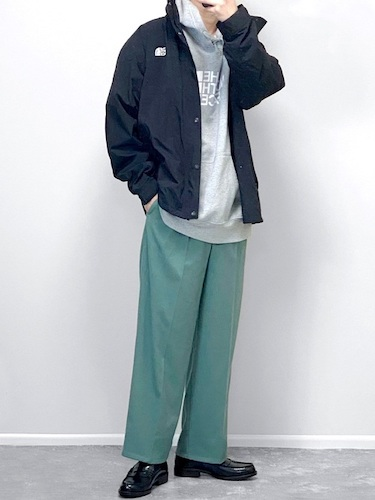 ナイロンジャケット×グリーンワイドパンツ