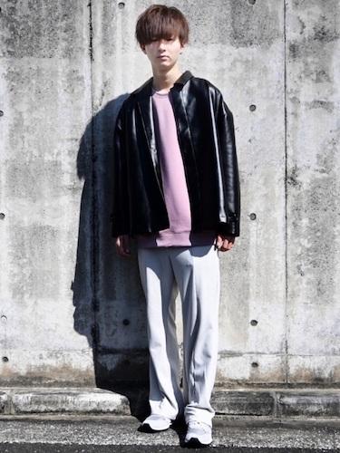 レザージャケット×白パンツ