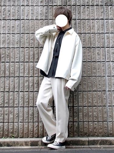 白ドリズラージャケット×白ワイドパンツ