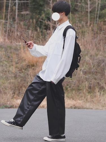 白シャツ×黒ワイドパンツ