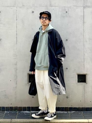 黒ステンカラーコート×白ワイドパンツ