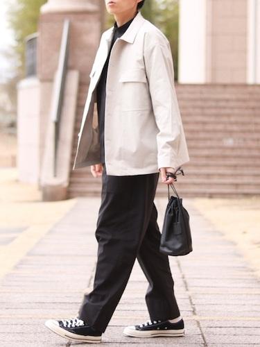 白ミリタリージャケット×黒ワイドパンツ