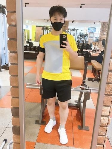 黄色Tシャツ×黒ショートパンツ