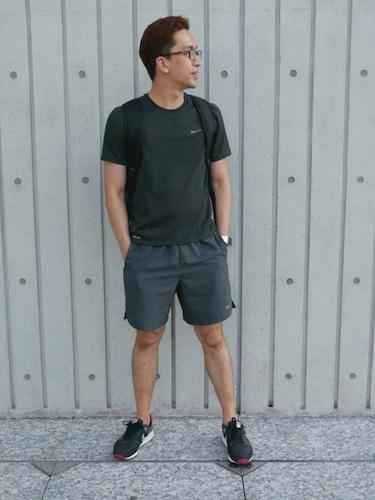 黒Tシャツ×グレーショーツ