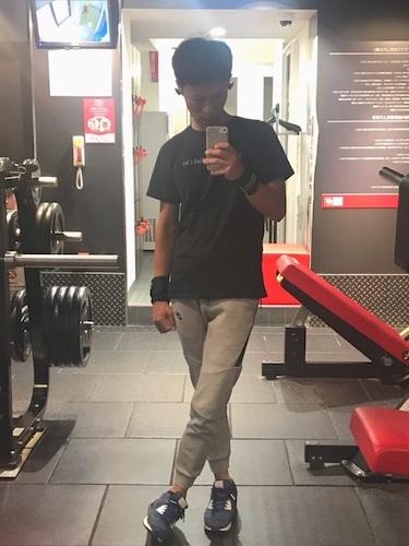 黒Tシャツ×グレージョガーパンツ