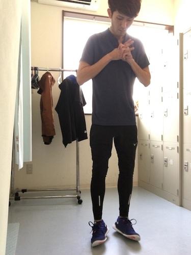 黒ポロシャツ×黒タイツ