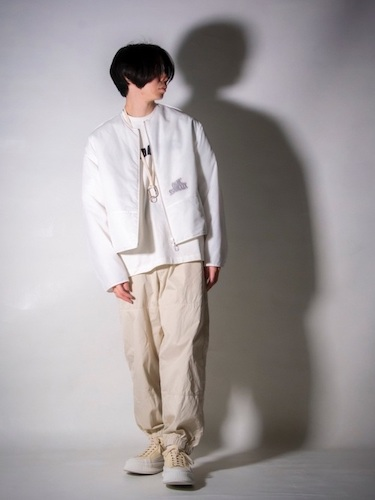 白ボンバージャケット×ジョガーパンツ