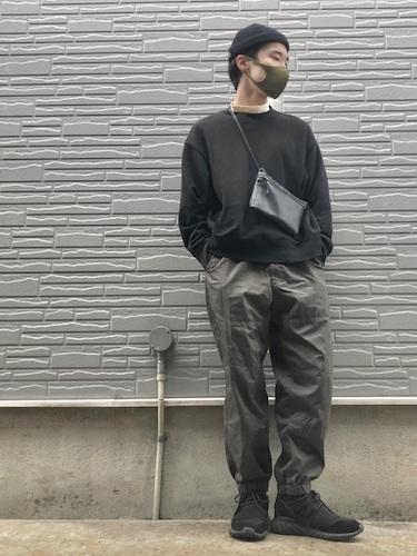 黒スウェット×グレージョガーパンツ