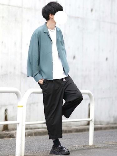 シアーシャツ×黒アンクルパンツ