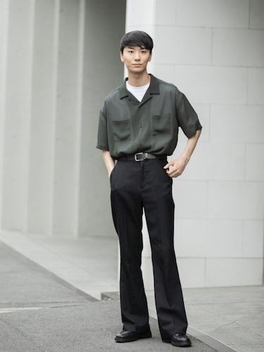 シアーシャツ×黒ブーツカットパンツ