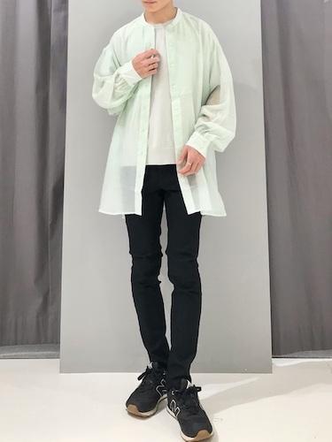 シアーシャツ×黒スキニーパンツ