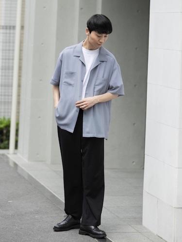 シアーシャツ×黒スラックス