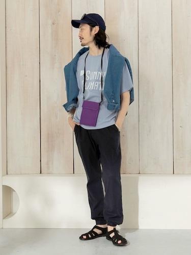 ブルーTシャツ×ネイビーイージーパンツ