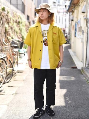 黄色オープンカラーシャツ×黒クライミングパンツ