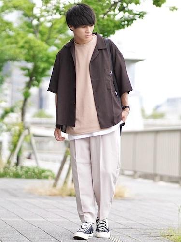 茶色オープンカラーシャツ×白スラックス