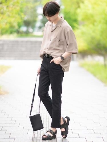 ベージュオープンカラーシャツ×黒スキニー