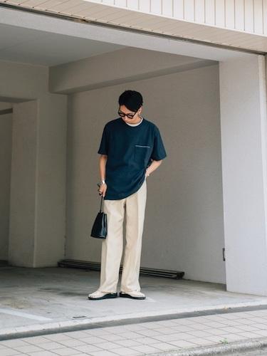 グリーンポケットTシャツ×白スラックス