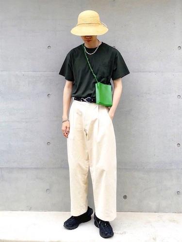 黒Tシャツ×白ワイドパンツ