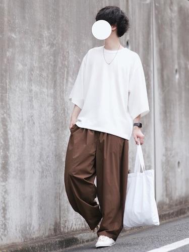 白8分丈Tシャツ×ブラウンワイドパンツ