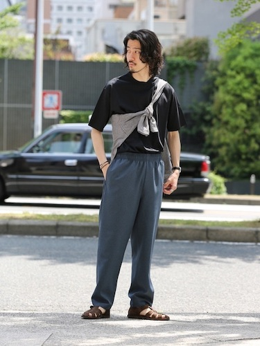 黒Tシャツ×グレーニット