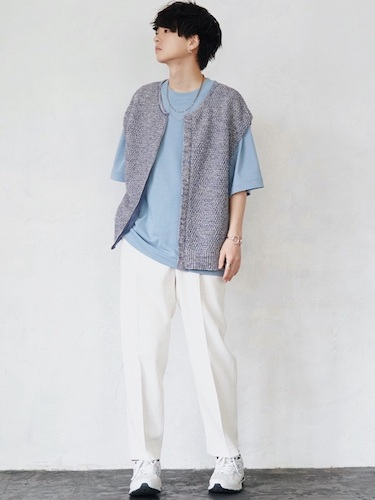 ニットベスト×ブルーTシャツ