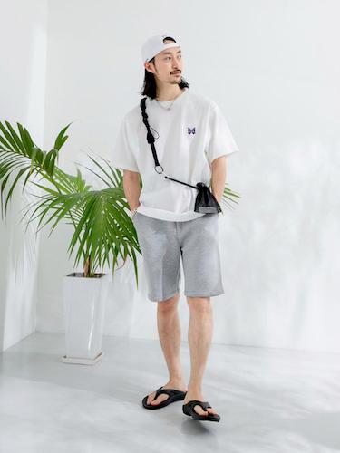 白ワンポイントTシャツ×グレーショーツ