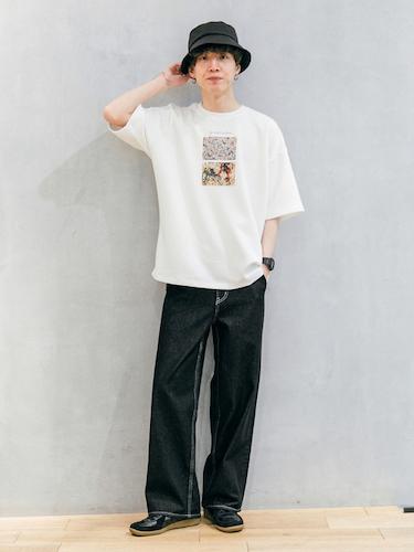 白プリントTシャツ×ブラックデニム