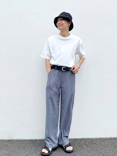 白Tシャツ×グレースラックス