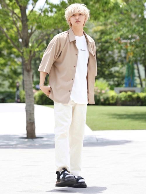 ベージュ半袖シャツ×白パンツ