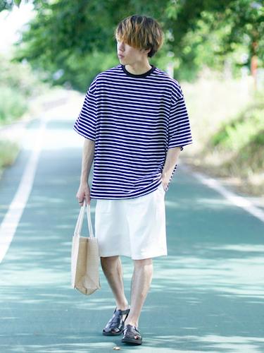 ボーダーTシャツ×白ショートパンツ