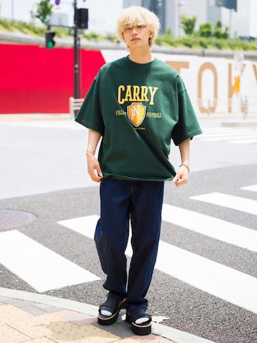 グリーンTシャツ×インディゴデニム