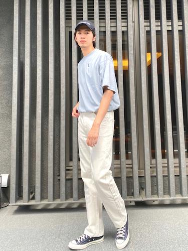サックスブルーTシャツ×白デニム
