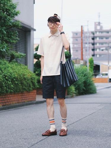 ポロシャツ×黒ショートパンツ