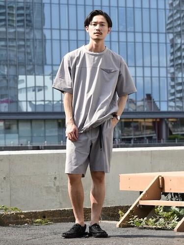 グレーTシャツ×グレーショートパンツ