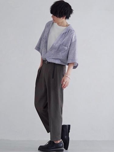 オープンカラーシャツ×グレープリーツパンツ