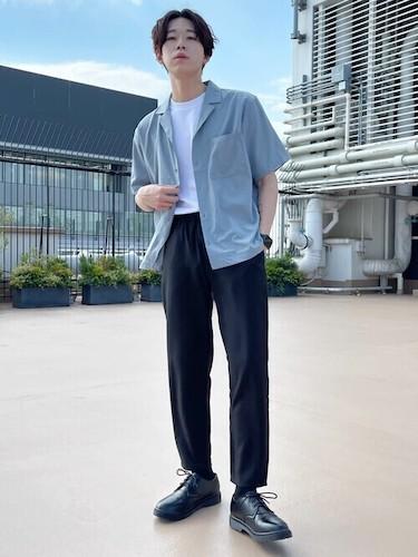 オープンカラーシャツ×黒イージーパンツ