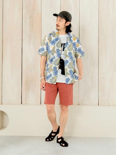 オープンカラーシャツ×レンガ色ショートパンツ