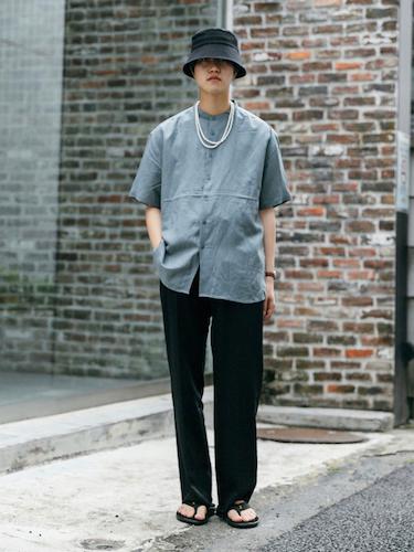 グレーバンドカラーシャツ×黒スラックス