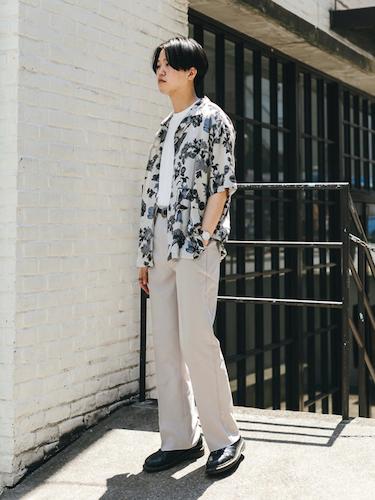 ボタニカル柄シャツ×白ブーツカットパンツ
