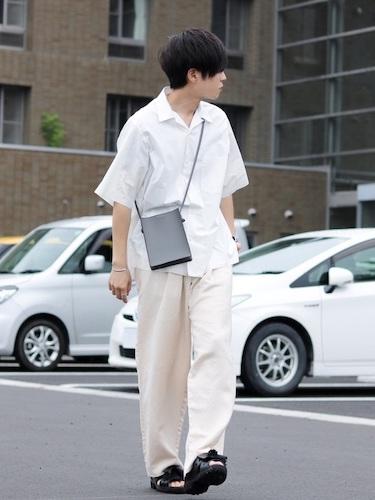 白開襟シャツ×白ワイドパンツ
