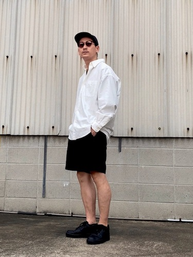 白シャツ×黒ショーツ