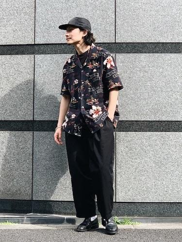 黒アロハシャツ×黒スラックス