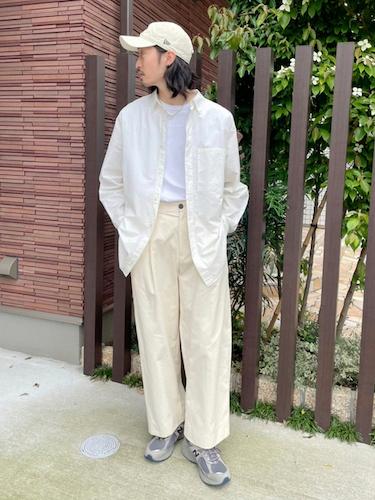 白シャツ×白タックパンツ