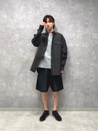 黒シャツ×ワイドショーツ